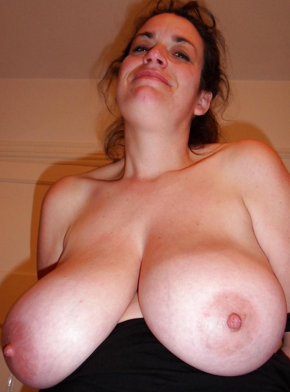 Brunett med stora mjölkfyllda bröst söker beröring